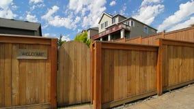 Film di cottura del recinto di legno con il portone dell'entrata da fare il giardinaggio un hd del segno positivo 1080p archivi video