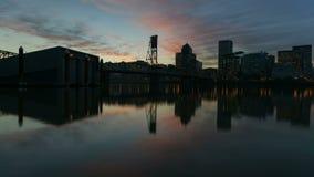 Film di lasso di tempo del tramonto variopinto sopra orizzonte del centro di Portland Oregon con la riflessione dell'acqua e Hawt archivi video