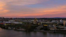 Film di lasso di tempo del tramonto variopinto sopra zona industriale sudorientale con il Mt innevato St Helens a Portland Oregon video d archivio