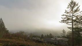 Film di lasso di tempo delle nuvole rapide e della nebbia bassa sopra la città di Portland nell'Oregon un primo mattino 1080p archivi video