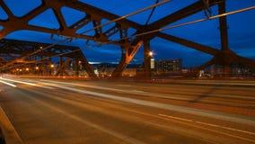 Film di lasso di tempo delle tracce lunghe della luce di esposizione durante il traffico stradale di ora di punta sul ponte di Br stock footage