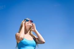 Film di sorveglianza con i vetri 3D, fondo leggero blu della bella giovane signora Fotografia Stock
