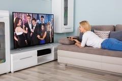 Film di sorveglianza della donna sulla televisione immagine stock libera da diritti