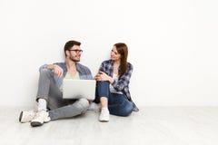 Film di sorveglianza delle coppie casuali sul computer portatile, colpo dello studio Immagini Stock Libere da Diritti