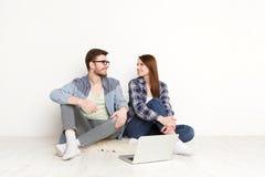 Film di sorveglianza delle coppie casuali sul computer portatile, colpo dello studio Immagine Stock
