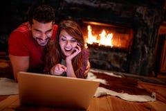 Film di sorveglianza delle coppie sul computer portatile a casa Amore, tecnologia, inter immagine stock libera da diritti