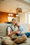 Film di sorveglianza delle coppie sulla televisione a casa fotografia stock