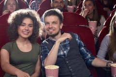 Film di sorveglianza positivo ed alla moda dell'amica e del ragazzo al cinema Immagini Stock