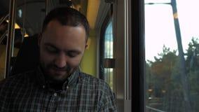 Film di sorveglianza sorridente dell'uomo sul telefono cellulare durante il tragitto per recarsi al posto di lavoro archivi video