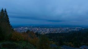 Film di Timelapse di paesaggio urbano del centro di Portland Oregon e nuvole commoventi all'ora blu 1080p stock footage