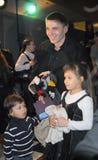 Film et acteur de théâtre Igor Petrenko avec le childr Photo stock