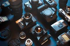 Film et appareils photo numériques de vintage de collection, sur le fond noir, vue supérieure photo stock