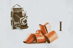 film 120 för retro kameror för medelformat på vit bakgrund med skuggor, oskarpa tappningkameror på bakgrund, antika effektwi Royaltyfri Fotografi