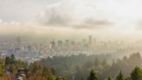 Film för Tid schackningsperiod av flyttningmoln och låg dimma över i stadens centrum stad av Portland Oregon en otta 1080p arkivfilmer