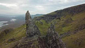 Film- Flug über dem alten Mann von Stor im Herbst - Insel von Skye, Schottland stock video