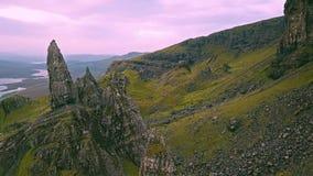 Film- Flug über dem alten Mann von Stor im Herbst - Insel von Skye, Schottland stock video footage