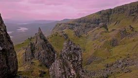 Film- Flug über dem alten Mann von Stor im Herbst - Insel von Skye, Schottland stock footage