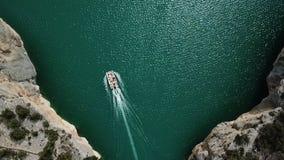 Film- Gesamtlänge des Luftbrummens Fliegen über Schnellfahrenboot auf dem blauen Fluss in Lleida Congost Del Mont-rebei stock footage