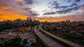 Film- Gesamtlänge des Time Lapse-4K von Kuala Lumpur-Stadtskylinen während des bunten Sonnenuntergangs stock footage