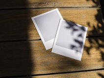 Film istantanei inutilizzati della foto sulla tavola di legno Fotografia Stock