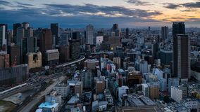 Film- 4K Zeitspanne der Vogelperspektive von Osaka City-Skylinen bei Sonnenuntergang stock video