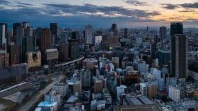Film- 4K Zeitspanne der Vogelperspektive von Osaka City-Skylinen bei Sonnenuntergang stock footage