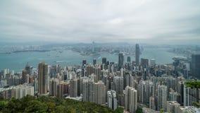 Film- 4k Zeitspannegesamtlänge von Victoria Harbour genommen von der Spitze in Hong Kong während des bewölkten Tages stock footage