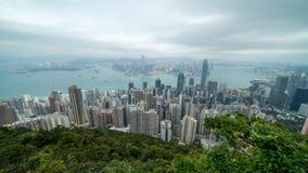 Film- 4k Zeitspannegesamtlänge von Victoria Harbour genommen von der Spitze in Hong Kong während des bewölkten Tages stock video footage