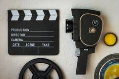 Film kamera, clapperboard, ekranowy pudełko i żółty filtr, fotografia stock
