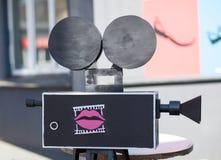 Film kamery imitacja, kino, film, zabawka. na ulicie w świetle słonecznym. Obraz Royalty Free
