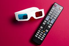 Film na 3d TV Zegarków filmów pojęcie 3d szkła i pilot do tv od TV na różowym tle Obraz Stock