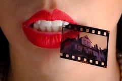 Film negatief in mond van vrouw Stock Afbeelding