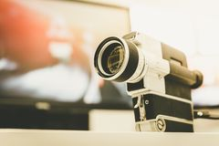 Film produkcja: rocznika filmu stara kamera na biurku, tn?cy pok?j w tle sunshine obraz stock