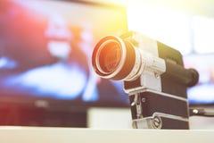 Film produkcja: rocznika filmu stara kamera na biurku, tn?cy pok?j w tle sunshine obrazy stock