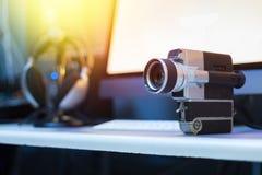Film produkcja: rocznika filmu stara kamera na biurku, tn?cy pok?j w tle sunshine zdjęcia royalty free