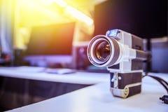 Film produkcja: rocznika filmu stara kamera na biurku, tn?cy pok?j w tle sunshine zdjęcie stock