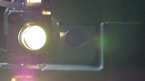 Film-Projektor der Nr Alter Filmprojektor, der in der Dunkelheit arbeitet Transportwagenschuß Abschluss oben stock footage