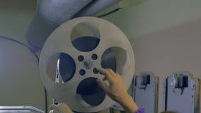 Film-Projektor der Nr Kameramann, der alten Filmprojektor einstellt stock video footage