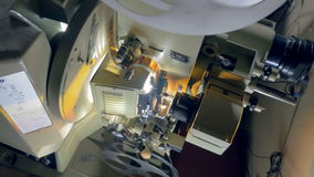 Film-Projektor der Nr Kameramann stellt alten Filmprojektor an stock video footage