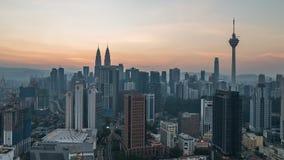 Film- Sonnenaufgang 4K, der von rechts nach links Zeitspannegesamtlänge von Kuala Lumpur-Stadtskylinen verschiebt stock video footage