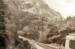 Film- Straße Himalajatal Gestalten Sie mit Felsen, sonniger Tageshimmel landschaftlich und bewölkt schöne Gebirgsasphaltstraße am stockfotos