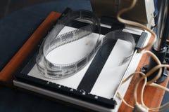 film sur la photo-lampe qui se tient sur la table à côté de la fenêtre photos libres de droits