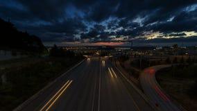 Film ultra élevé de laps de temps de la définition UHD 4k du long trafic d'autoroute d'exposition au-dessus du paysage urbain de  banque de vidéos