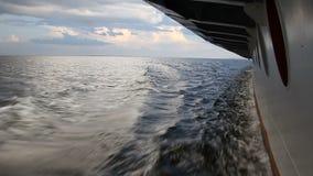 Film van het venster van een bewegend schip, de Volga rivier, Rusland stock footage