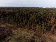 Film- von der Luftschuß des Hochspannungsmetallpfostenturms stockbild