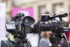 Filma en händelse med en videokamera Fotografering för Bildbyråer
