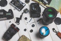 Filma kameror, delar, digitala kameror och linser på trävitt begrepp för bakgrundsteknologiutveckling Fotografering för Bildbyråer