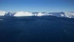 Filma med ett surr och att flyga över havet och att hålla ögonen på isbergen och det blåa havet lager videofilmer