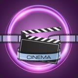 Filma remsan och clapperboarden på abstrakt purpurfärgad bakgrund Fotografering för Bildbyråer