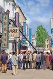 Filma uppsättningen med extrahjälper på Hengdian världsstudior, Kina Royaltyfria Foton